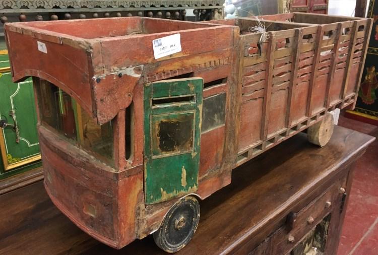 Camion en bois peint, 39x95x27 cm