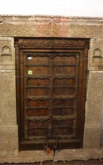 Porte ancienne en bois, cadre en pierre sculptée, 210x145cm