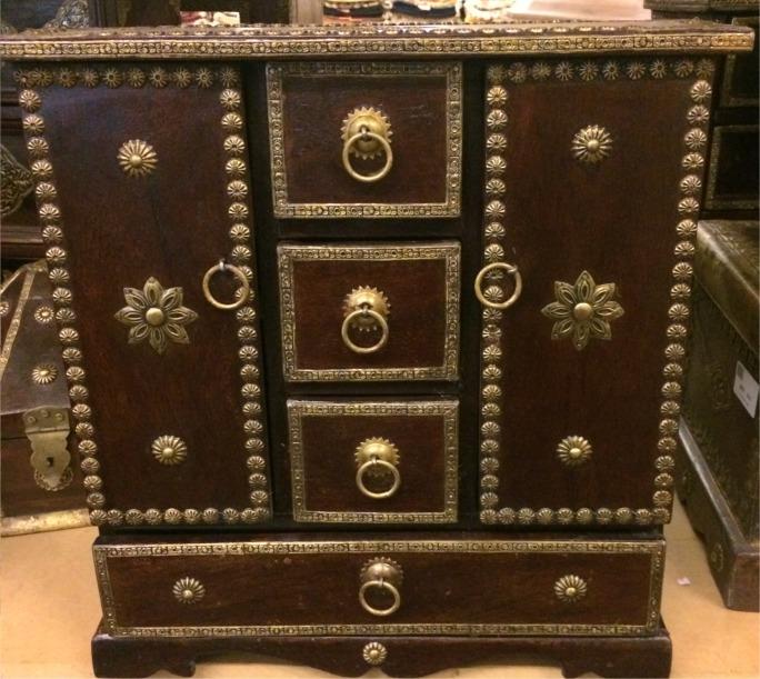 armoire bois et laiton